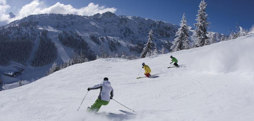 austria_mayrhofen_skiers-piste.jpg